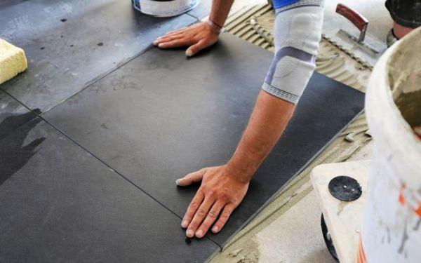 Układanie płytek podłogowych: jak je przyklejać