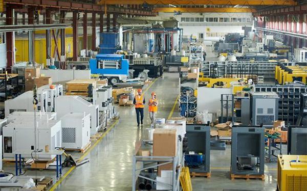 Jak oświetlenie przemysłowe dostosować do potrzeb pracowników?